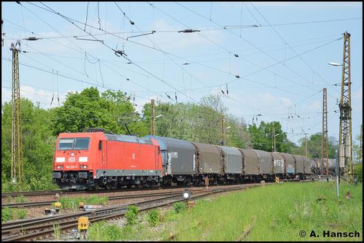 185 281-3 hat am 11. Mai 2016 einen stattlichen Mischer am Haken. Hier durchfährt sie den kleinen Bahnhof Leipzig-Wiederitzsch