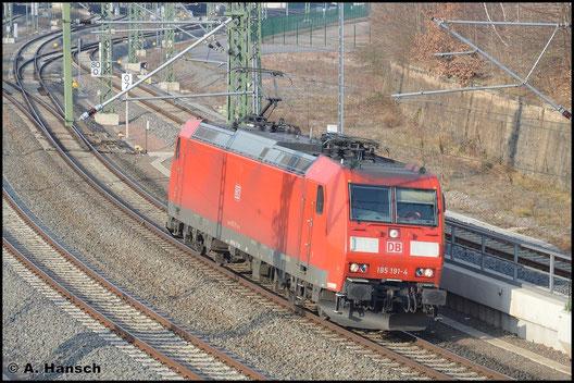 Am sonnigen Nachmittag des 18. März 2016 rollt 185 191-4 ohne Anhang durch Chemnitz Hbf. gen Zwickau