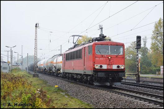 155 204-1 hat am 19. Oktober 2015 einen langen Mischer aus überwiegend Kesselwagen am Haken. Hier schleppt sie die bunte Leine durch Leipzig-Thekla