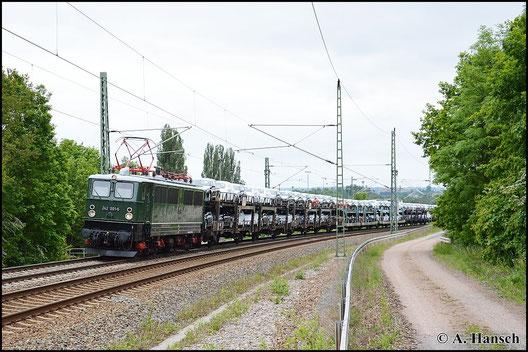 Am 24. Mai 2015 ist die Lok als 242 001-6 mit Autozug unterwegs. Hier verlässt sie den ehemaligen Abzweig Furth in Chemnitz gen Riesa