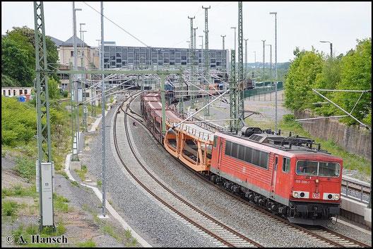 Der GA 52523 wird am 23. Mai 2015 über Chemnitz Hbf. umgeleitet. 155 096-1 hat den leeren Auto(teile)zug am Haken