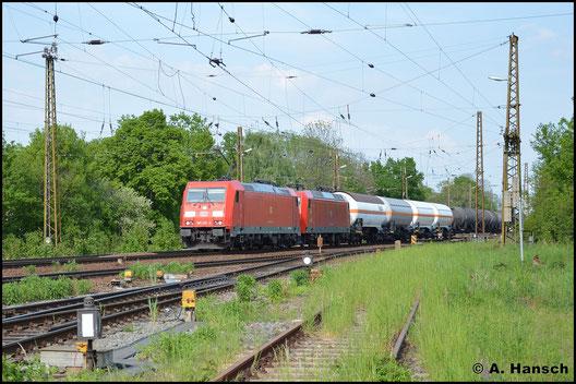 185 257-3 hat am 11. Mai 2016 in Leipzig-Wiederitzsch die Wagenlok 145 003-0 und einen Kesselwagenmischer am Haken