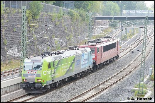 Mit grüner Seite vorn begegnet mir die Lok am Morgen des 29. August 2015. Sie überführt sich selbst und 155 219-9 zum SEM Chemnitz. Dort werden die Loks anlässlich des 24. Heizhausfests mit ausgestellt
