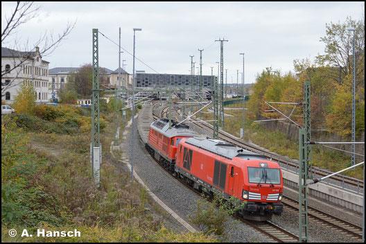 """247 903-8 (""""Joschi"""") verlässt, gemeinsam mit 232 635-3, am 28. Oktober 2017 Chemnitz Hbf. Am Haken befindet sich ein Leermilitärzug (Marienberg - Zwickau)"""