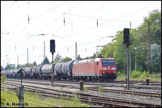 Am 11. Mai 2016 zieht 185 186-4 einen langen Kesselwagenzug durch Leipzig- Wiederitzsch