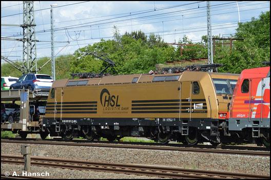 185 597-2 stellt mit ihrer goldenen Lackierung eine Besonderheit dar. Am 5. Juni 2020 zieht sie hinter 186 382-8 einen Autozug durch Luth. Wittenberg Hbf.