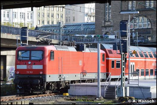 112 162-3 fährt am 8. November 2015 mit ihrem Zug in Hamburg Hbf. ein