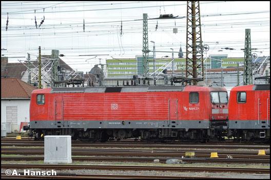 112 125-0 steht am 29. Januar 2018 in einem Lokzug, gemeinsam mit drei 143ern in Leipzig Hbf.