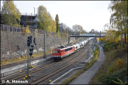 155 119-1 ist bei der MEG als Lok 706 eingesetzt. Am 4. November 2017 zieht sie vor 077 012-8 den Leerzementzug Regensburg - Rüdersdorf als Dgs 88982 durch die Stadtlage von Chemnitz. Hier zu sehen kurz vor Chemnitz Hbf.