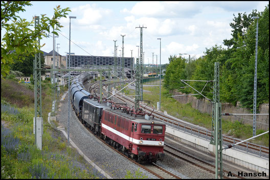 Es dauert über 3 Jahre, bis die Lok wieder in Chemnitz zu sehen ist. Am 19. Juni 2016 ist sie als Paar mit 142 145-2 mit einem Getreidezug unterwegs, hier bei Ausfahrt aus Chemnitz Hbf.