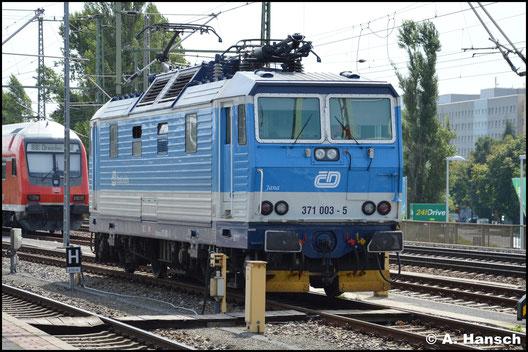 Am 4. August 2016 steht 371 003-5 in Dresden Hbf. und wartet auf ihren nächsten Einsatz. Aufgebügelt ist sie bereits