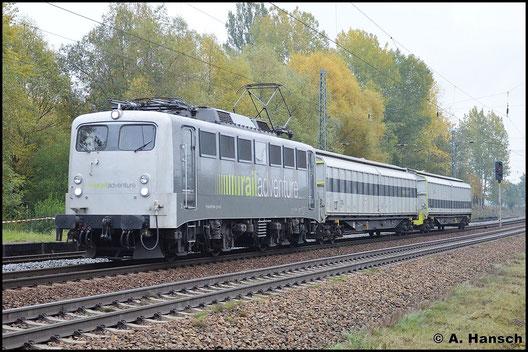 """139 558-1 ist für Railadventure im Einsatz. Am 19. Oktober 2015 rollt die Lok mit zwei farblich passenden Schutzwagen durch Leipzig-Thekla. Zuvor überführte sie eine Straßenbahn vom Typ """"Citylink"""" nach Glauchau"""