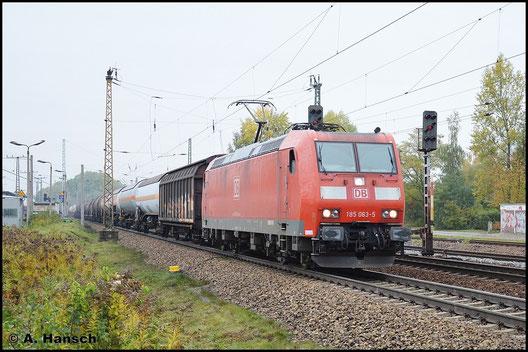 185 063-5 zieht am 19. Oktober 2015 einen langen Mischer durch Leipzig-Thekla