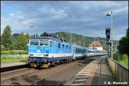 Am 8. August 2016 trägt die Lok keine Metallschilder mehr, als sie durch den Bf. Rathen gen Pirna fährt