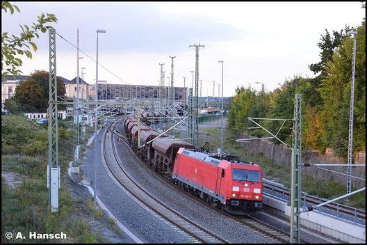 Am 24. September 2015 zieht 185 206-0 GB 62119, einen schweren Schotterzug von Dresden nach Gößnitz. Bis Chemnitz Hbf. hatte die Fuhre Vorspann von einer BR 152. Ab hier geht es allein weiter gen Zwickau