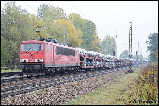155 197-7 begegnet mir am 19. Oktober 2015 in Leipzig-Thekla. Zwar scheint der Zug nur Autos zu beinhalten, jedoch haben sich weit hinten auch ein paar Kesselwagen eingereiht