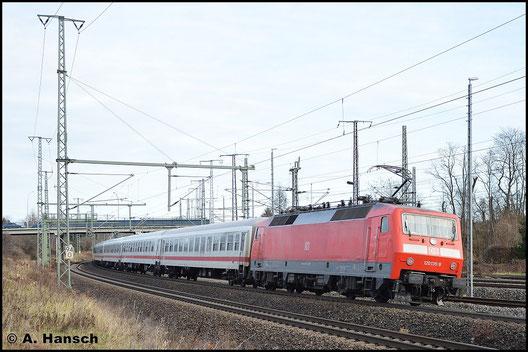 Mit 120 135-9 am Zugschluss verlässt am 25. Dezember 2015 ein IC den Hbf. von Luth. Wittenberg