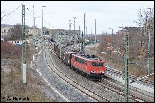 Am 30. Januar 2016 trägt die Lok die inzwischen typischen Rechteckpuffer. Mit GA 52811 verlässt sie Chemnitz Hbf. gen Mosel