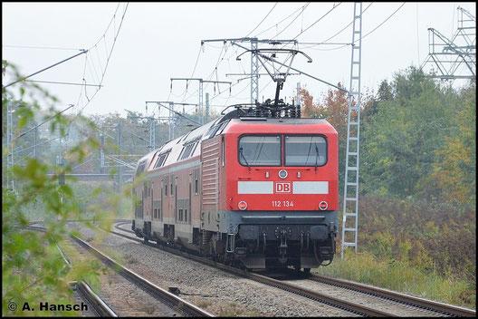 112 134-2 schiebt am 19. Oktober 2015 einen RE durch Leipzig-Thekla
