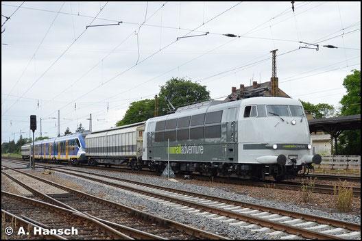 Inzwischen sieht die Lok völlig anders aus. Sie fährt für RailAdventure die exotischsten Fuhren durch´s Land. Am 26. Juni 2017 erwischte ich eine solche Fuhre in Leipzig-Wiederitzsch: Die Überführung eines niederländischen Triebwagens