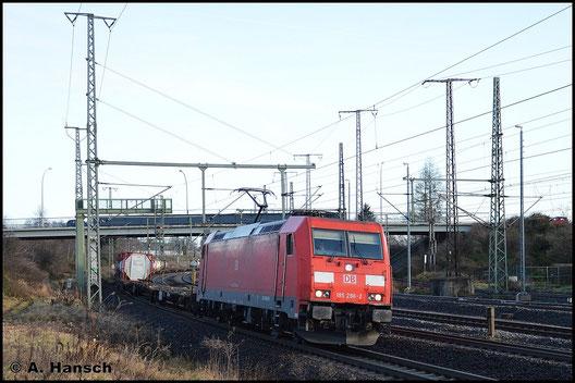 Auch am 25. Dezember 2015 steht der Güterverkehr nicht ganz still. 185 286-2 fährt hier gerade in den Hbf. Luth. Wittenberg ein