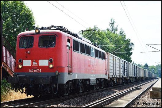 Am 5. Juli 2015 zieht 140 801-2 (PRESS 140 047-9) den Leerkokszug von Glauchau nach Bad Schandau. Hier ist der Zug bei der Durchfahrt durch Chemnitz-Schönau zu sehen. Die Lok trägt noch das DB-rot und bekommt erst im Zuge ihrer neuen HU das PRESS-blau