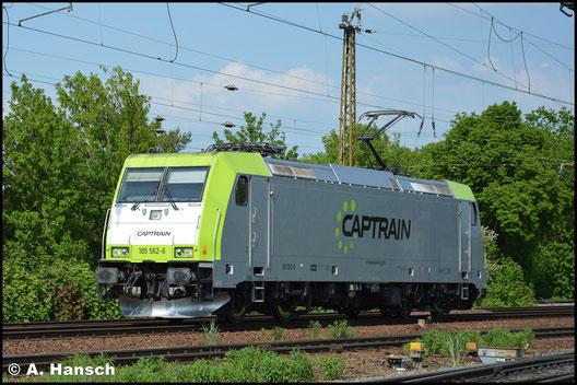Am 11. Mai 2016 hat die Lok ein neues Gesicht. Im Captrain-Look durchfährt sie Leipzig-Wiederitzsch