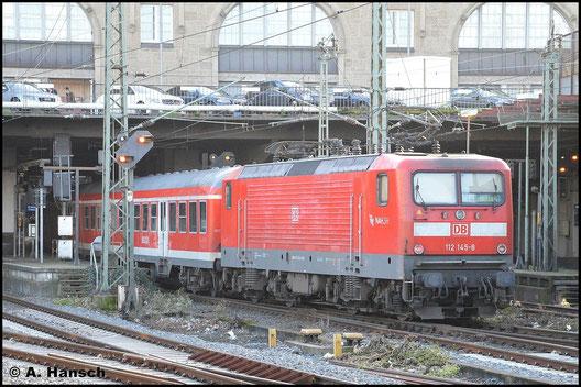 112 145-8 fährt am 8. November 2015 mit RE7 nach Flensburg in Hamburg Hbf. ein