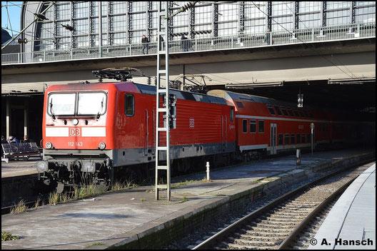 112 143-2 steht am 8. November 2015 auf der Südseite des Hamburger Hbf.