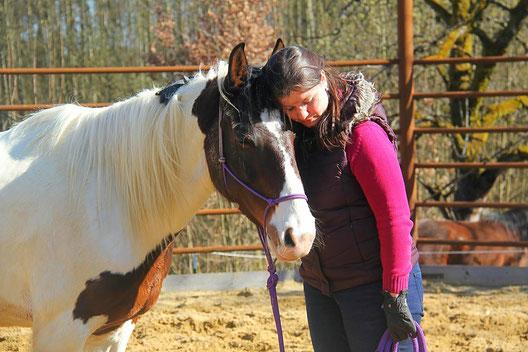 Frau und zufriedenes Pferd