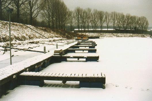 Der Steg mit neuen Schwimmkörpern ( blaue Tonnen ) im ersten Wintertest
