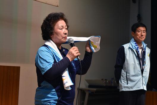 講師としてタオル体操の見本を示す同推進員会の近田さん