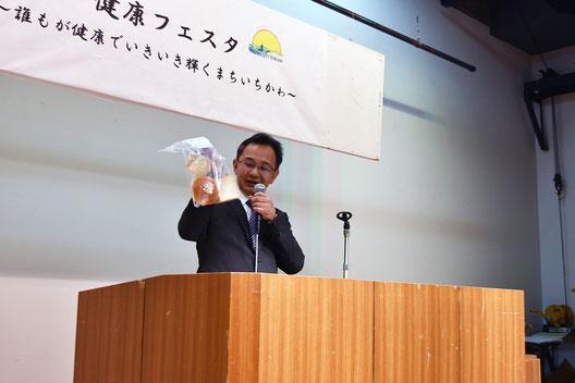 大麦を使ったパンを紹介する山崎製パン株式会社中央研究所製パン技術開発室後藤課長