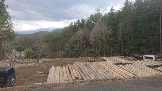 調書を作るため、建設予定地に並べられた二百本を超える木材(主に赤松)