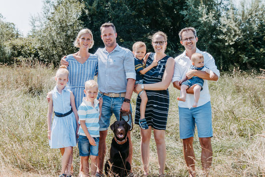 familienfotografie, familienfoto, familie mit hund, familie kiel, gruppenfoto, gruppenbilder kiel, outdoorshooting, kinderfotograf, familienfotograf, fotografie
