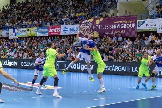 Carlos Grau lanzando entre la defensa blaugrana ante un Palau abarrotado / Foto: Edwin van't Hek