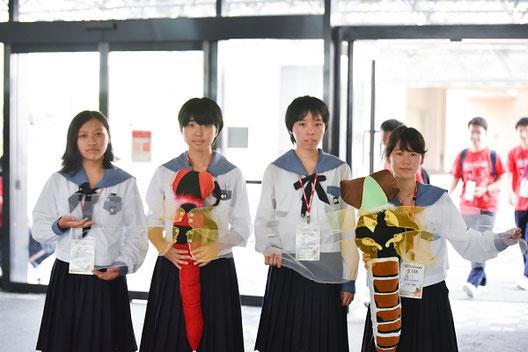 左から 鈴木さん(1年)、角島さん(2年)、原さん(3年)、川中さん(3年) メスのぬいぐるみ(茶色のもの)は、卒業生からのプレゼントです。