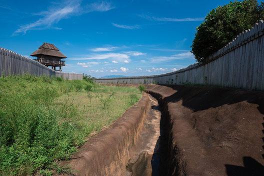 復元された環濠と物見櫓