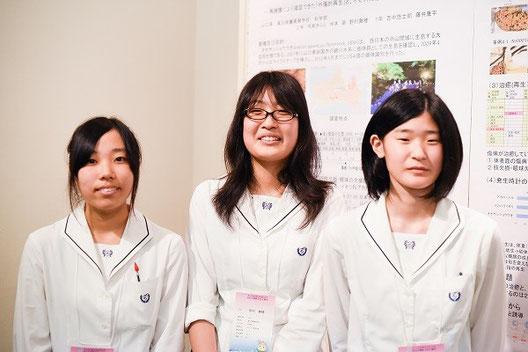 左から 冷泉きららさん、野村舞穂さん、垰本萌さん(2年)