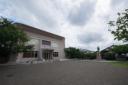 左手が大隈重信記念館。右手が大隈侯像と大隈の生家