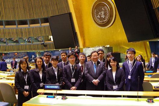 国連本部総会議場で星野俊矢国連大使を囲んで 写真提供:グローバルクラスルーム日本委員会(以下同)