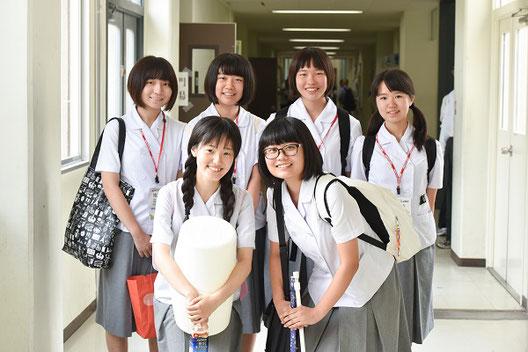 後列左から、ペレス前田寿利明さん(2年)、荒木梨花さん(2年)、原口絢名さん(1年)、手島優希さん(1年) 前列左から、早瀬加奈子さん(3年)、樋本ゆき乃さん(3年)