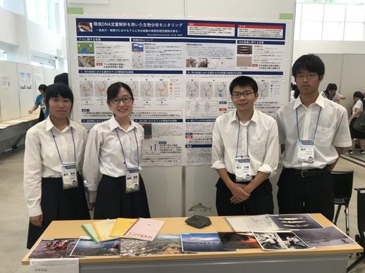 左から藤吉里帆さん(2年)、廣瀬雅惠さん(3年)、常川光樹くん(3年)、高井一くん(2年)