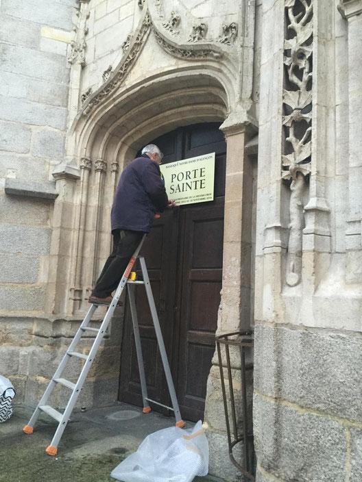 Derniers préparatifs, la pancarte est posée par François de Sainte Preuve sur la porte