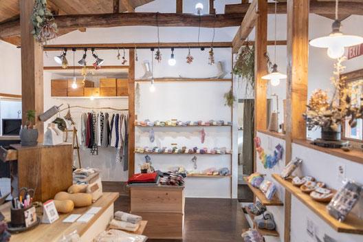 店内と外観のギャップに驚きながらたくさんの靴下からお気に入りを見つけてください◡̈