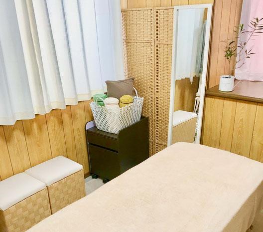 あたたかい日差しに包まれたベッドのある施術部屋です。