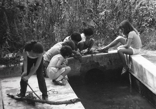 vers 1980 : les enfants au lavoir (Suzanna, Yolanda, Joël, Pascal, Cyril, Manu)