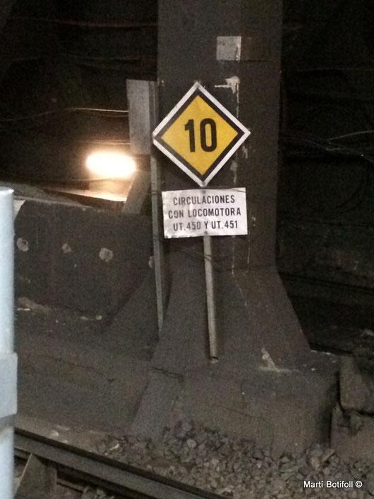 3. Cuando la limitación afecte a un grupo restringido de vehículos, se detallarán. En este caso; las circulaciones con locomotora, UT. 450 y 451 circularán a 10 por el tramo metálico a la salida de Plaça Catalunya lado Arc de Triomf.