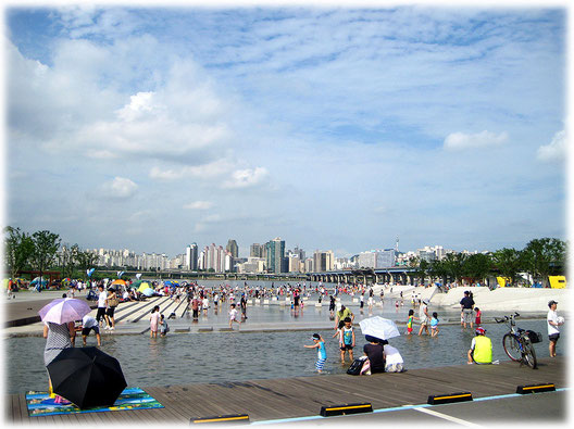 This lovely picture shows Han River water playground for children. Life at it's best! I love Seoul! Bilder vom Han Fluss Spielplatz in Südkorea