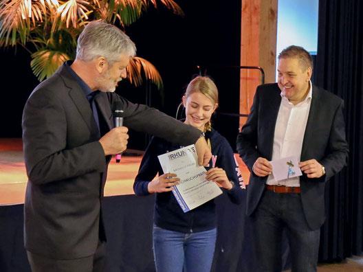 Bürgermeister Hans Christian Lehmann (rechts) mit Katharina Fischer und Frank Christgen (Vorsitzender KulturInitiative Windeck) während der Preisverleihung zum Logo-Wettbewerb der KulturInitiative Windeck im Herbst 2015